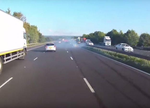 Voznik avtobusa ustavil le nekaj milimetrov pred vozilom …