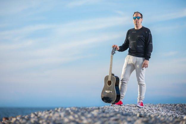Aleksander Novak nadaljuje svojo glasbeno pot s skladbo z naslovom Te ne izpustim