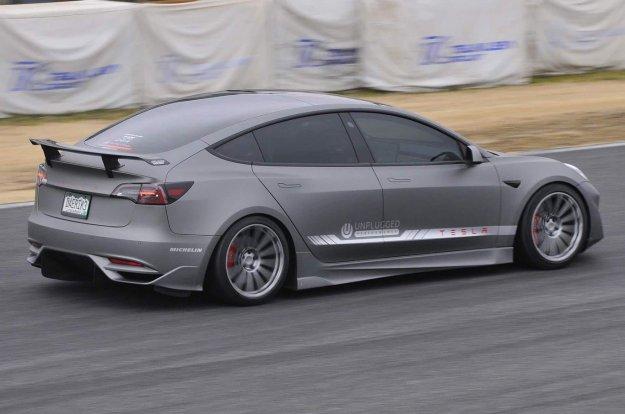 Predelana Tesla Model 3 ugnala ?as legendarnega McLarna F1