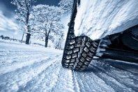 Vozniki naj ob snegu prilagodijo vožnjo