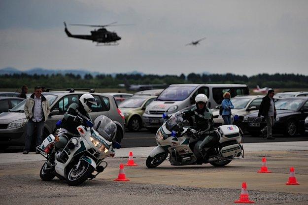 POKLIC: Voja�ki policist